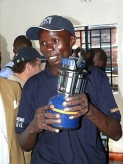 Kenianer mit Lampe