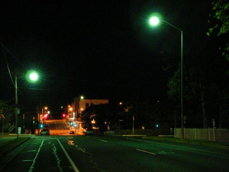 Vialidad iluminada con luminarios para alumbrado público operando lámparas de Vapor de Mercurio (VM) sin color corregido. Foto Lighting Master ©.