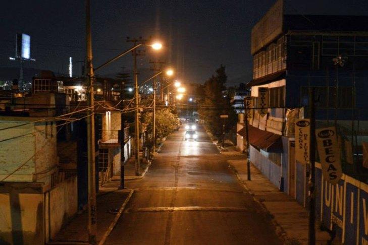 Vialidad iluminada con luminarios para alumbrado público operando lámparas de Vapor de Sodio en Alta Presión (VSAP). Foto Lighting Master ©.