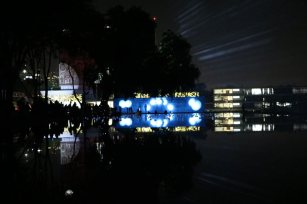 Iluminando deidades (al fondo) y en el ombligo de la Luna (primer plano)