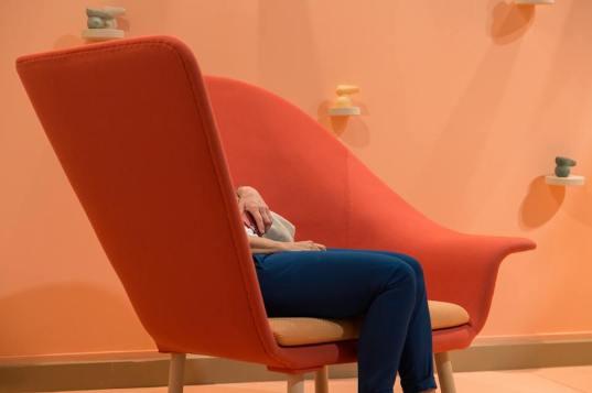 foto poltrona rossa salone mobile milano