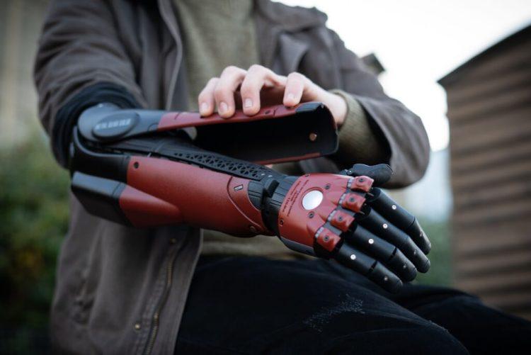 Metal Gear Solid, un ragazzo riceve la protesi del gioco - IlVideogioco.com