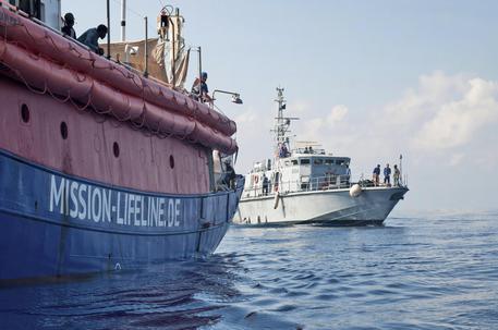 Migranti, incontro segreto Macron-Conte: 'Lifeline a Malta'