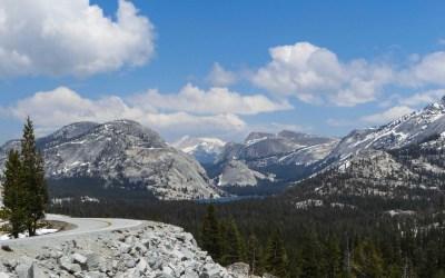 Tioga Road naar Tenaya Lake in de Sierra Mountains van Yosemite