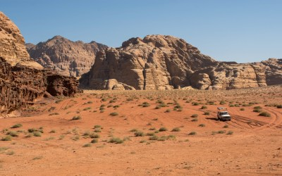 Per 4x4 jeep door de Wadi Rum in Jordanië