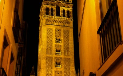Giralda by night, onderdeel van de kathedraal in Sevilla