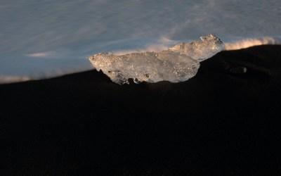 Aangespoeld ijsbrok op lava strand bij Jökulsárlón in IJsland