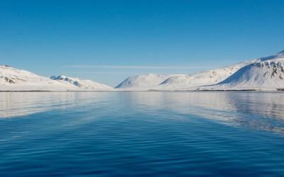 Contrast blauwe lucht sneeuw bergen fjord zee Grundarfjordur IJsland