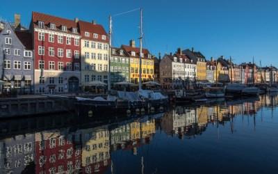 Nyhavn gekleurde gebouwen haven water schepen Kopenhagen