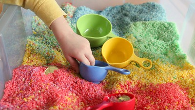 Caja sensorial arcoiris de arroz (8)