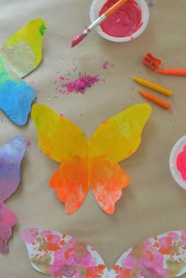 Mariposas de papel con ceras y crayones reciclados (6)