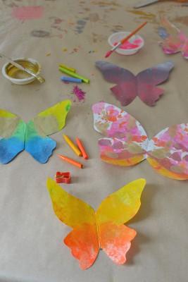 Mariposas de papel con ceras y crayones reciclados (7)