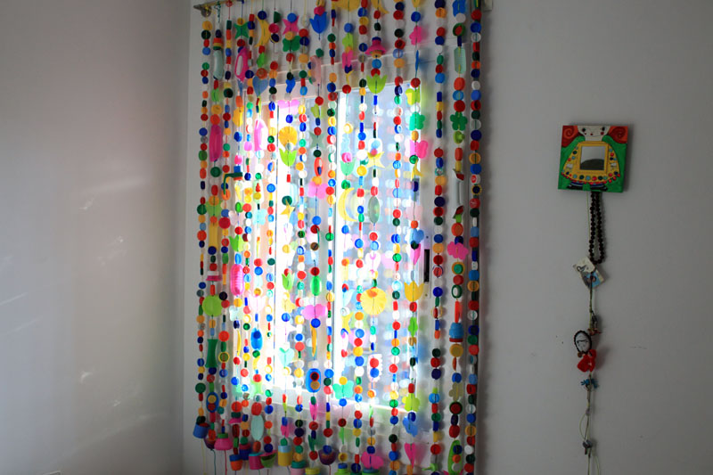 Cortinas para puertas interiores y exteriores con tapones y botellas de pl stico 3 imagenes - Manualidades recicladas para decorar ...