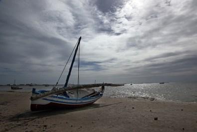 Barque de pêche sur la plage, île des Kerkennah – Tunisie 2012