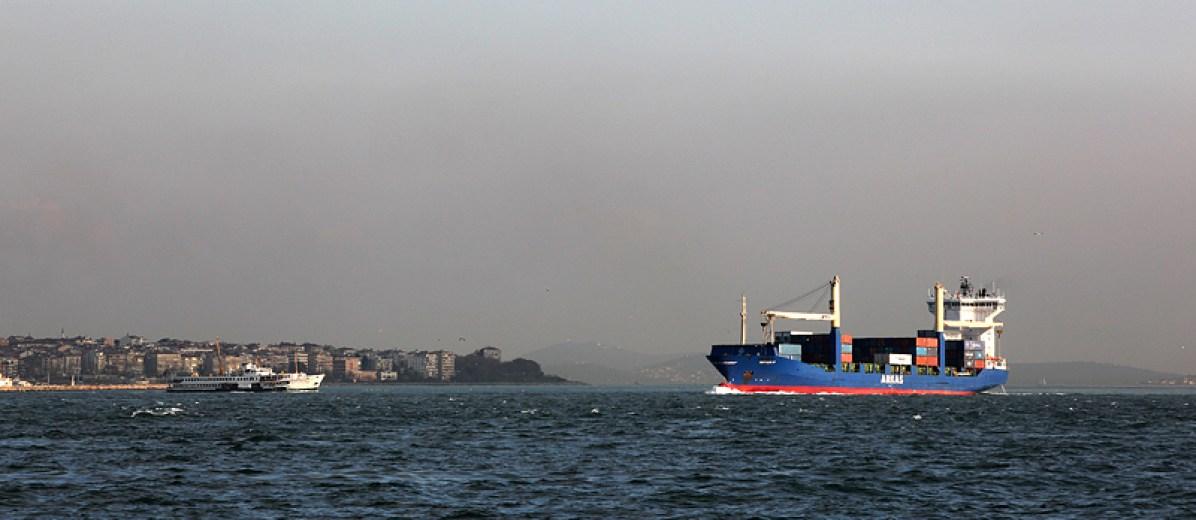 Un porte container s'engage dans la traversée du Bosphore, Istanbul - Turquie 2013
