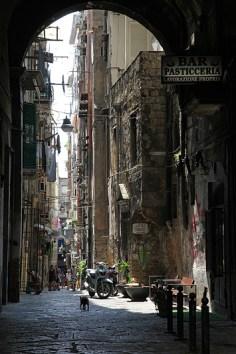 Une ruelle typique du centre historique de Naples, Italie - août 2013
