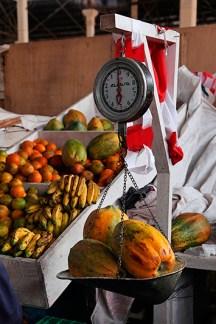 Pesage des papayes au marché San Pedro, Cuzco, Pérou - 2014