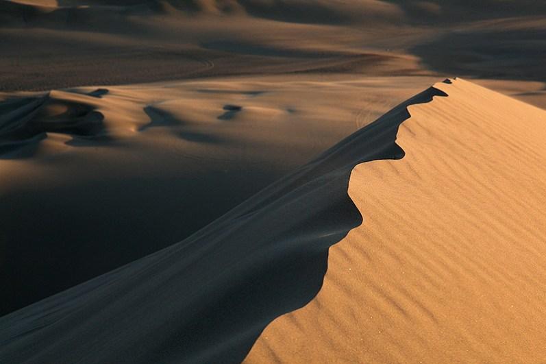 Crête de dune sculptée par le vent, oasis de Huacachina, Pérou - 2014