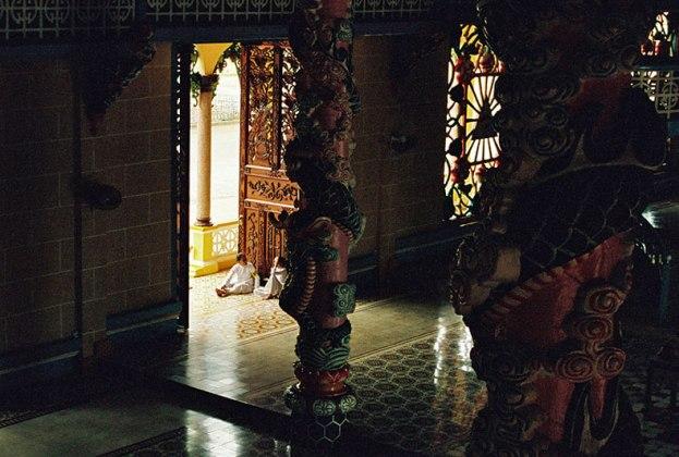 L'intérieur du temple avant la messe de midi, temple Cao Dai de Tay Ninh, Vietnam, 1997