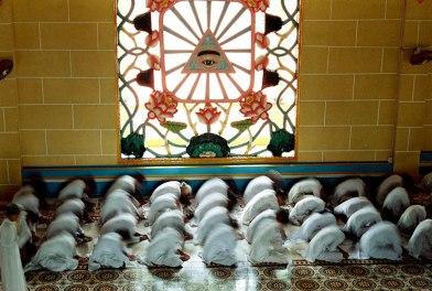 L'aile gauche du temple est réservée aux femmes, les hommes sont regroupés à droite, temple Cao Dai de Tay Ninh, Vietnam, 1997