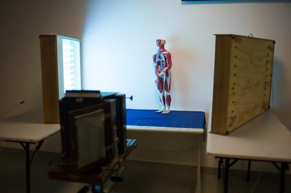 """""""set-up"""" da câmera e duas mesas de luz UV servindo de iluminação."""