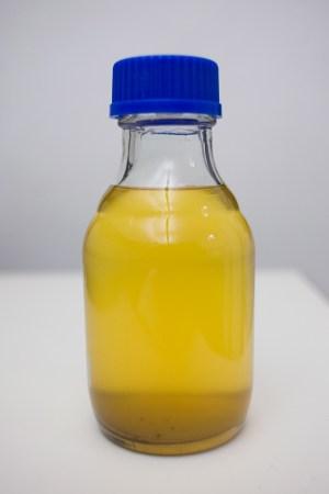 Goma já diluída no álcool de cereal. A sujeira toda decantou no fundo do pote.
