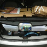 Carro lotado com as coisas para o lab móvel.