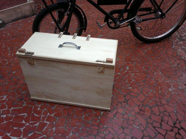 A caixa fechada para transporte. Vira uma maleta razoavelmente leve.