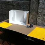 Pintando as partes de madeira. Sobre uma base branca, foi usado uma tinta amarela para deixar o interior mais claro, mesmo com a luz vermelha.