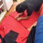 Ajustando o tecido para ser costurado.