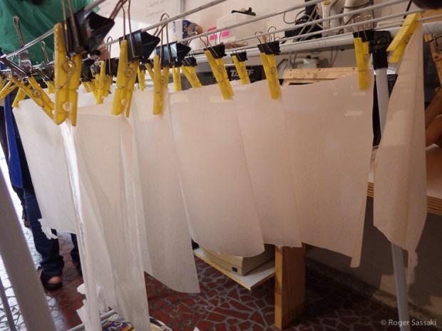 Folhas de papel no processo de se tornarem fotossensíveis.