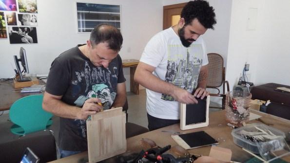 Colocação das poucas peças de metal: fecho e dobradiças.