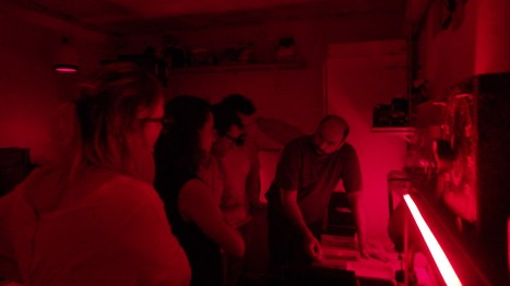 Guilherme no lab explicando o processamente das chapas para raio-x.