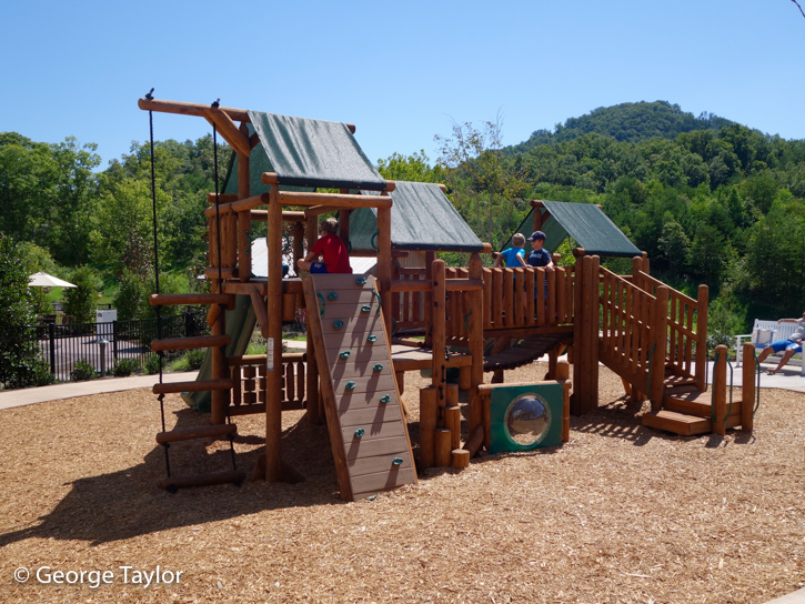 Dollywood-DreamMore-Pool-Activities-05