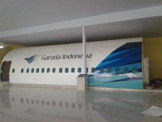 Hasil pemasangan stiker eksterior mockup pesawat boeing 777 asrama haji sudiang
