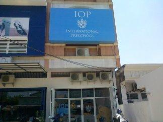 Pemasangan Cover Frontlite Signboard IOP Makassar ukuran 5 x 3 Meter. di Jl. Cendrawasih