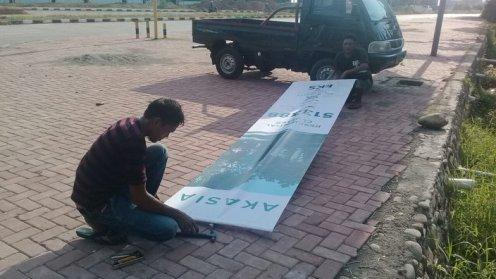 pemasangan T banner oleh tim imagi