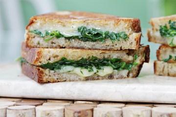 烤芝士三明治配大蒜酱和芝麻菜