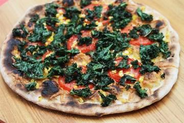 烤羽衣甘蓝披萨与烟熏gruyère,甜玉米和辣椒油