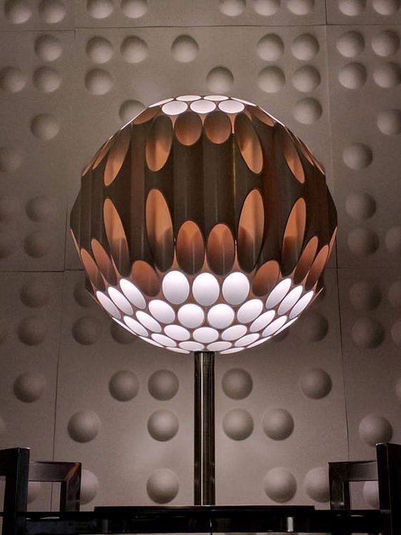 lampara de pvc, pie y color marrón
