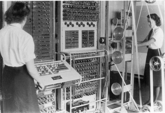 Британская ЭВМ Colossus (1943 г.), используемая для дешифровки перехваченных немецких сообщений
