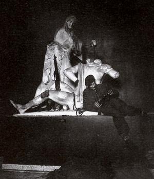 Φωτογραφία του Dmitri Kessel, το Δεκέμβρη του 1944. Βρετανός στρατιώτης στο Μουσείο της Ακρόπολης... Ετσι σεβάστηκαν το μνημείο.
