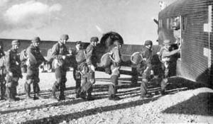 Γερμανοί Αλεξιπτωτιστές μπαίνουν σε αεροπλάνο, στο αεροδρόμιο του Ελληνικού, τον Νοέμβρη, για να μεταβούν και να πάρουν μέρος στη Μάχη της Λέρου.