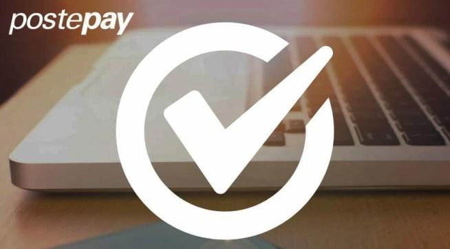 Il logo di Postepay, un cerchio con una spunta all'interno a simboleggiare l'affidabilità del metodo di pagamento ed un computer portatile sullo sfondo.