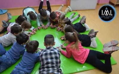 Charla para familias sobre tolerancia y respeto con actividades para niños en inglés en paralelo