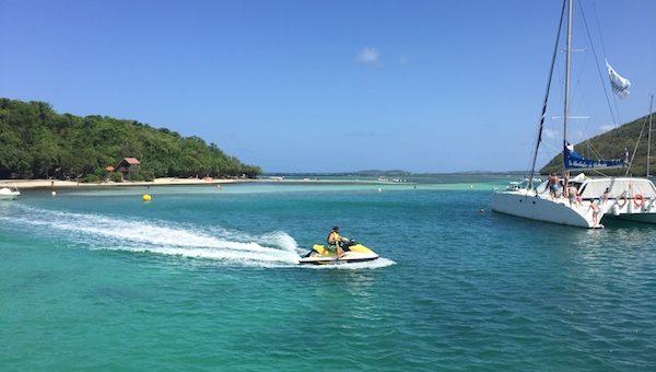 Promenade en catamaran en Martinique proche des programmes Antilles Imm'Horizon Finances