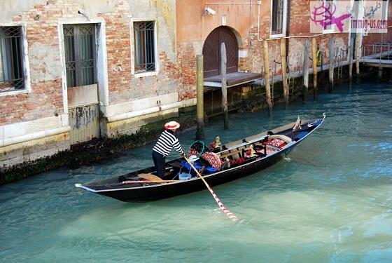 تجربة سياحية فريدة في فينيسيا أرض السحر والجمال Gondola-ride-in-Venice