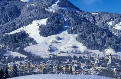 KAM_000145_Blick-auf-Kitzbuehel-im-Winter-mit-Bergpanorama_Fotograf-Albin-Niederstrasser.J