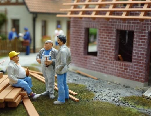 Propriétaire ou locataire : à qui incombe la réalisation des travaux de démoussage de toiture?