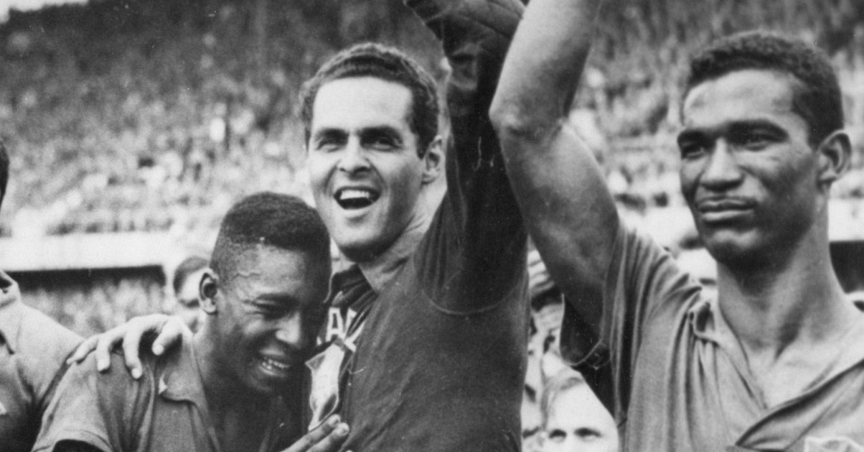 djalma-santos-pele-e-garrincha-comemoram-gol-contra-a-suecia-na-final-da-copa-de-1958-1259276608559_956x500